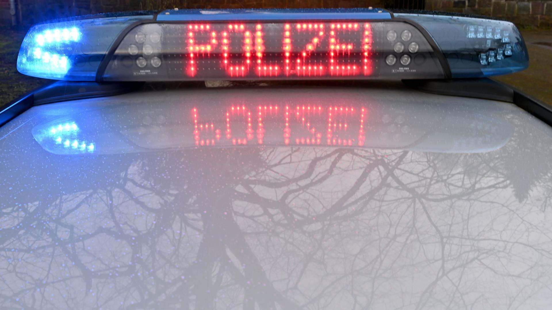 """Die Leuchtschrift """"Polizei"""" ist auf dem Dach eines Streifenwagens der Polizei zu sehen."""