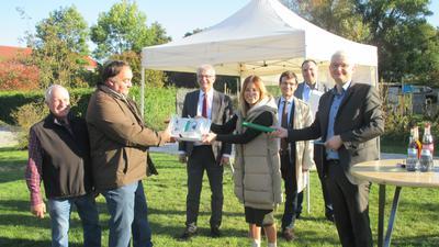 Bürgermeisterin Cathrin Wöhrle und Landrat Christoph Schnaudigel (Dritter von links) begrüßen den Ausbau des Glasfasernetzes.
