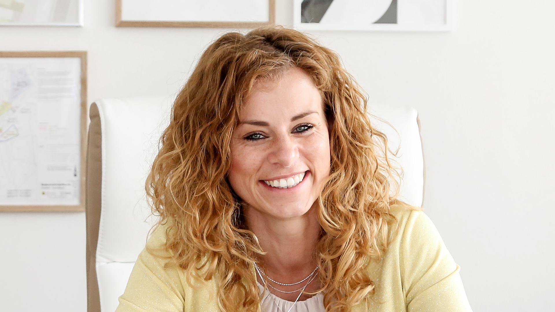 Bürgermeisterin Cathrin Wöhrle an ihrem Schreibtisch.