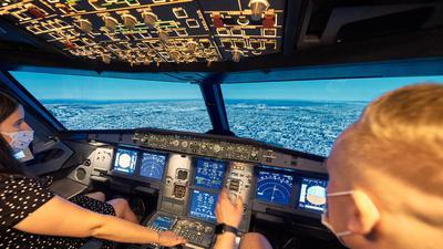 Zwei Personen im Flugsimulator