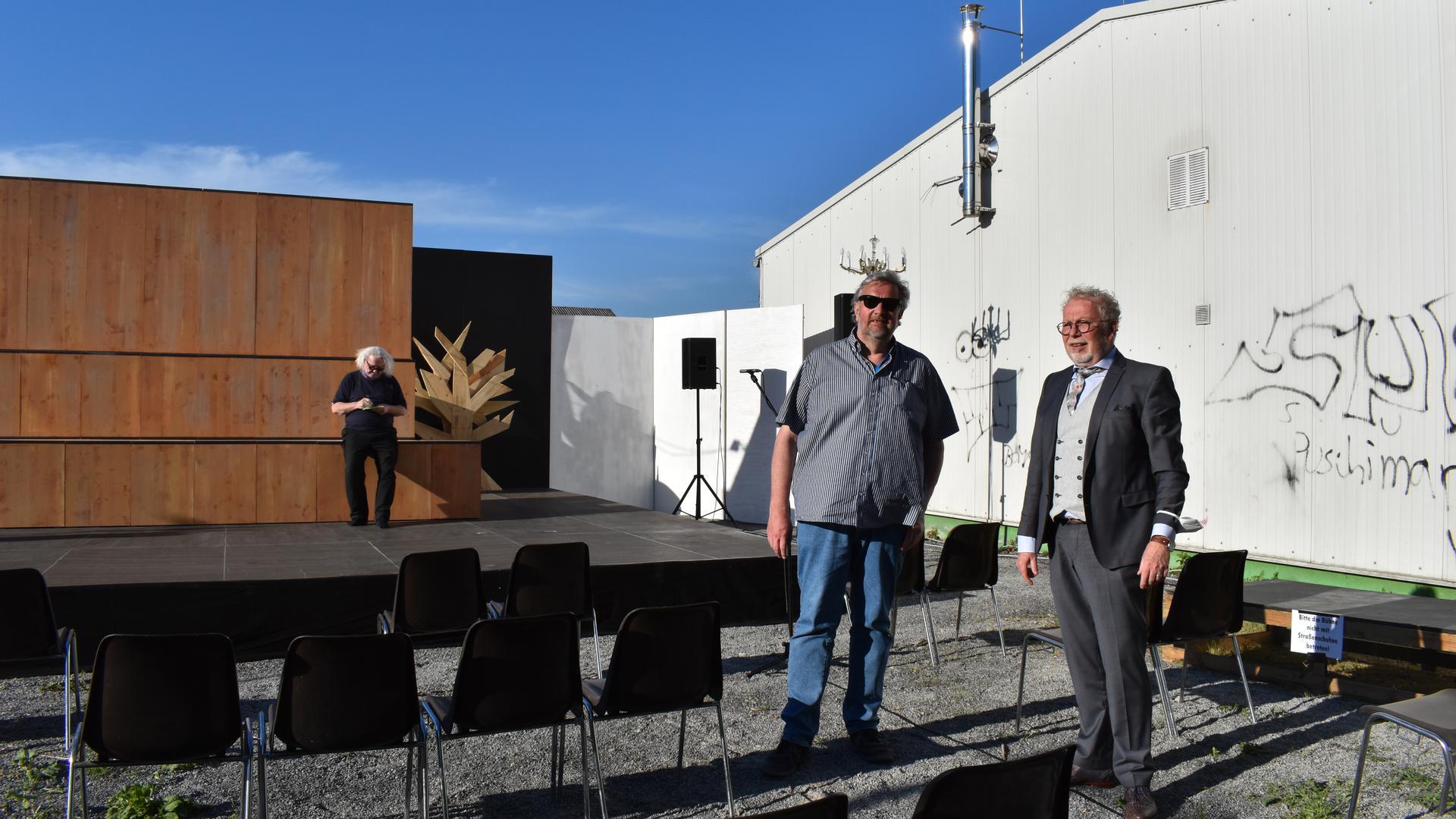 BLB-Intendant Carsten Ramm (links) und Bernhard Wendel (rechts), der Vorsitzende des Vereins Exil Theater Bruchsal.