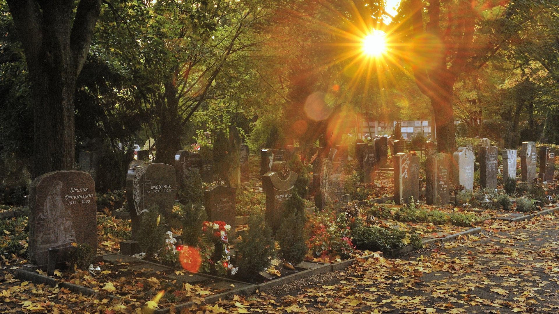 Der Bruchsaler Friedhof: Wenn Elisabeth B. ihren Mann besuchen möchte, muss sie hierher kommen. Im April starb der 77-Jährige in einem Pflegeheim nach einer Corona-Infektion.