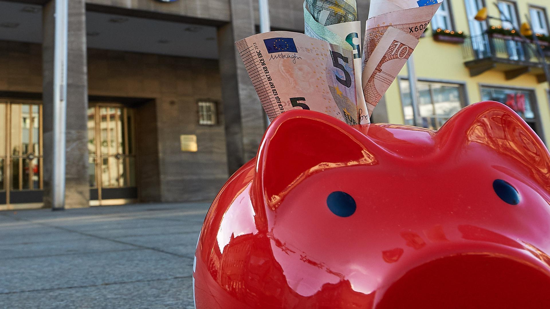 Das Sparschwein ist out: Bruchsal sucht nach Möglichkeiten der Geldanlagen, die sicher sind und Rendite bringen. In Zeiten von Strafzinsen aber gar nicht so einfach.