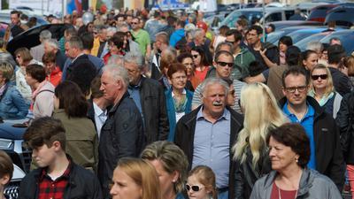Viele Leute an Einkaufssonntag.