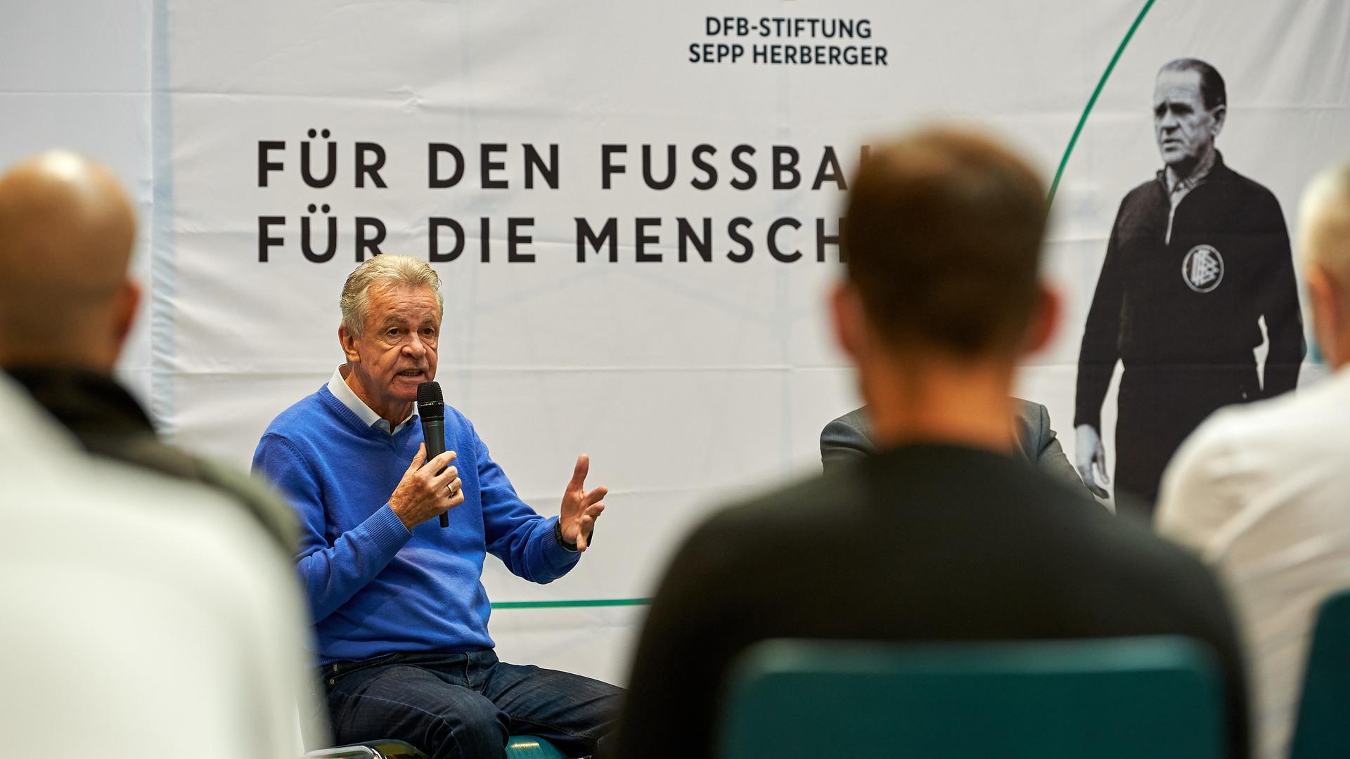 Gefragter Mann: Fußballtrainer Ottmar Hitzfeld sprach im Bruchsaler Gefängnis mit den Gefangenen.