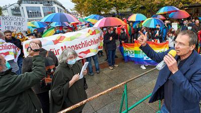 Bunte Flaggen gegen Dauerredner: Michael Stürzenberger sprach am Freitag über mehrere Stunden auf dem Bruchsaler Marktplatz. Gut 100 Demonstranten vom Bündnis für Menschlichkeit hielten dagegen.
