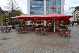 Leere Stühle: Auch beim Café Extrablatt in der Bruchsaler Fußgängerzone fürchtet man einen zweiten Lockdown