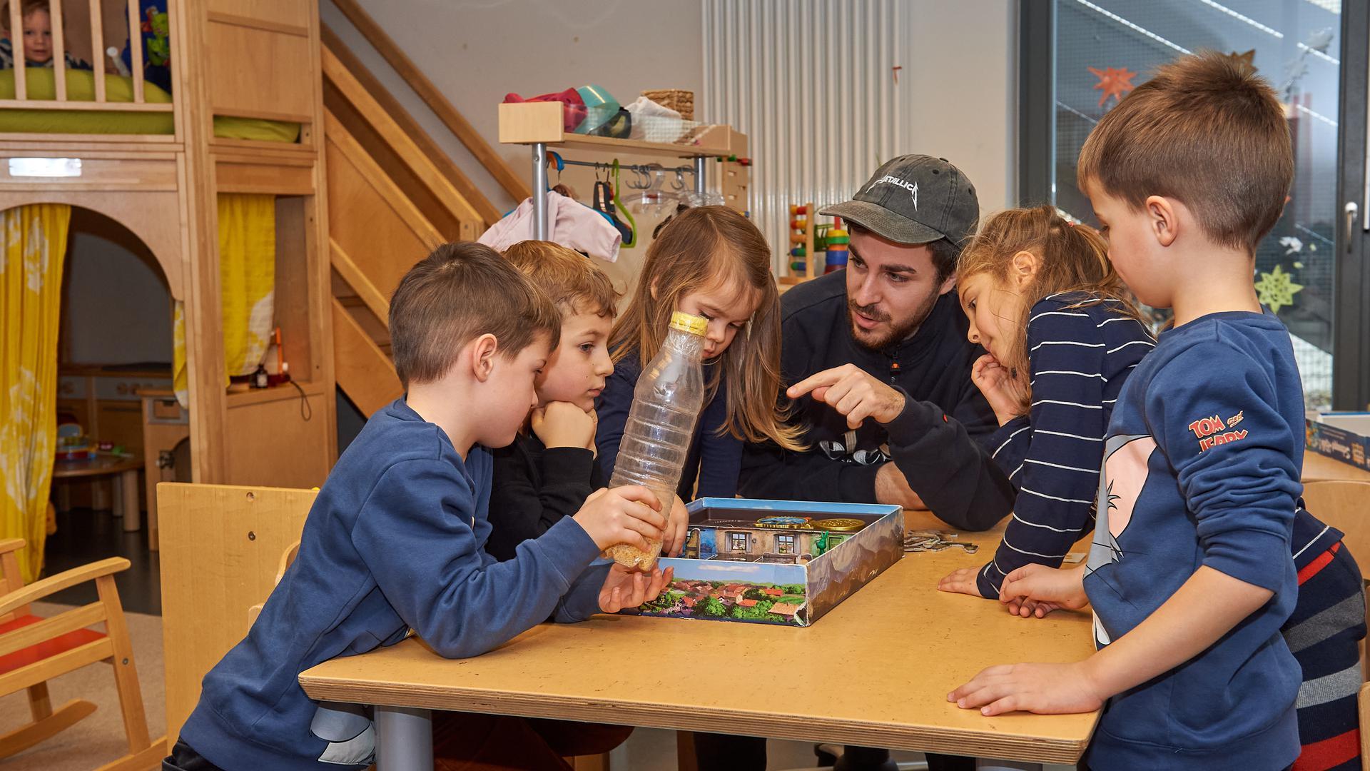 Kita trotz Lockdown: Erzieher Felix Le Maire kümmert sich im Bruchsaler Kinderhaus Merlin um Jungen und Mädchen in der Notbetreuung. Die Einrichtungen gehen ab Montag von einem steigenden Bedarf aus.