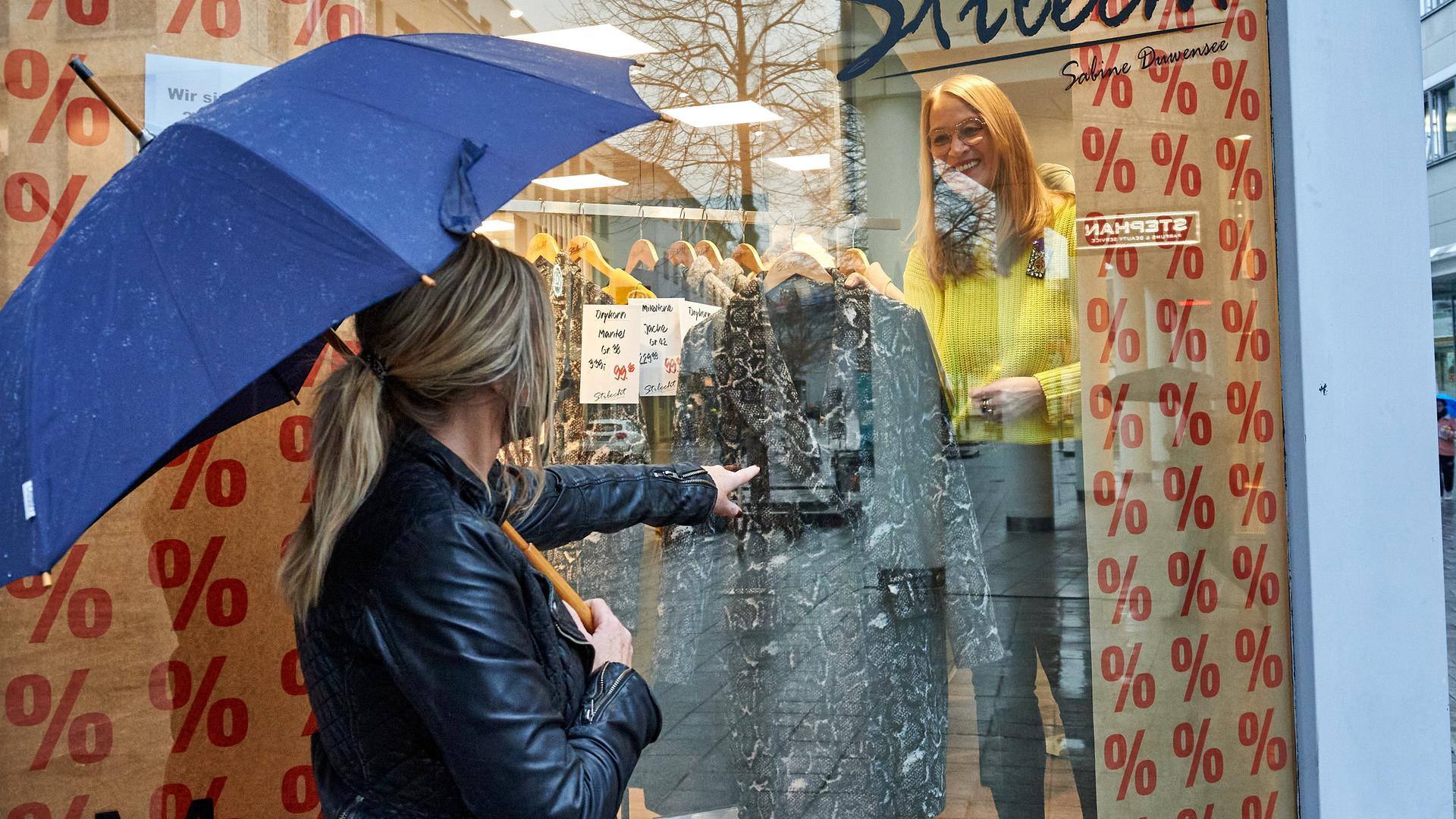 Blick auf das Schaufenster des Modegeschäfts Stilecht