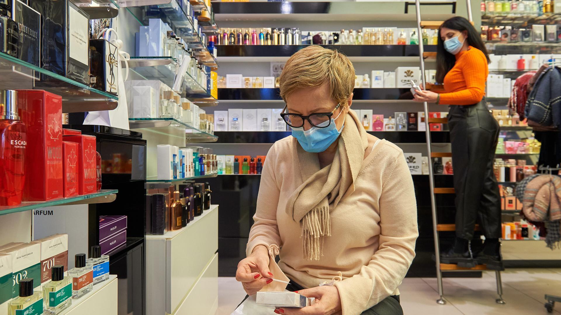 Filialleiterin Anna Bogdon und Kosmetikerin Andrea Barta von der Parfümerie Stephan in Bruchsal
