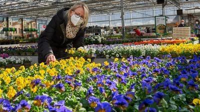 Gartencenter Heckert mit Kundin Gisela Rehm aus Heidelsheim