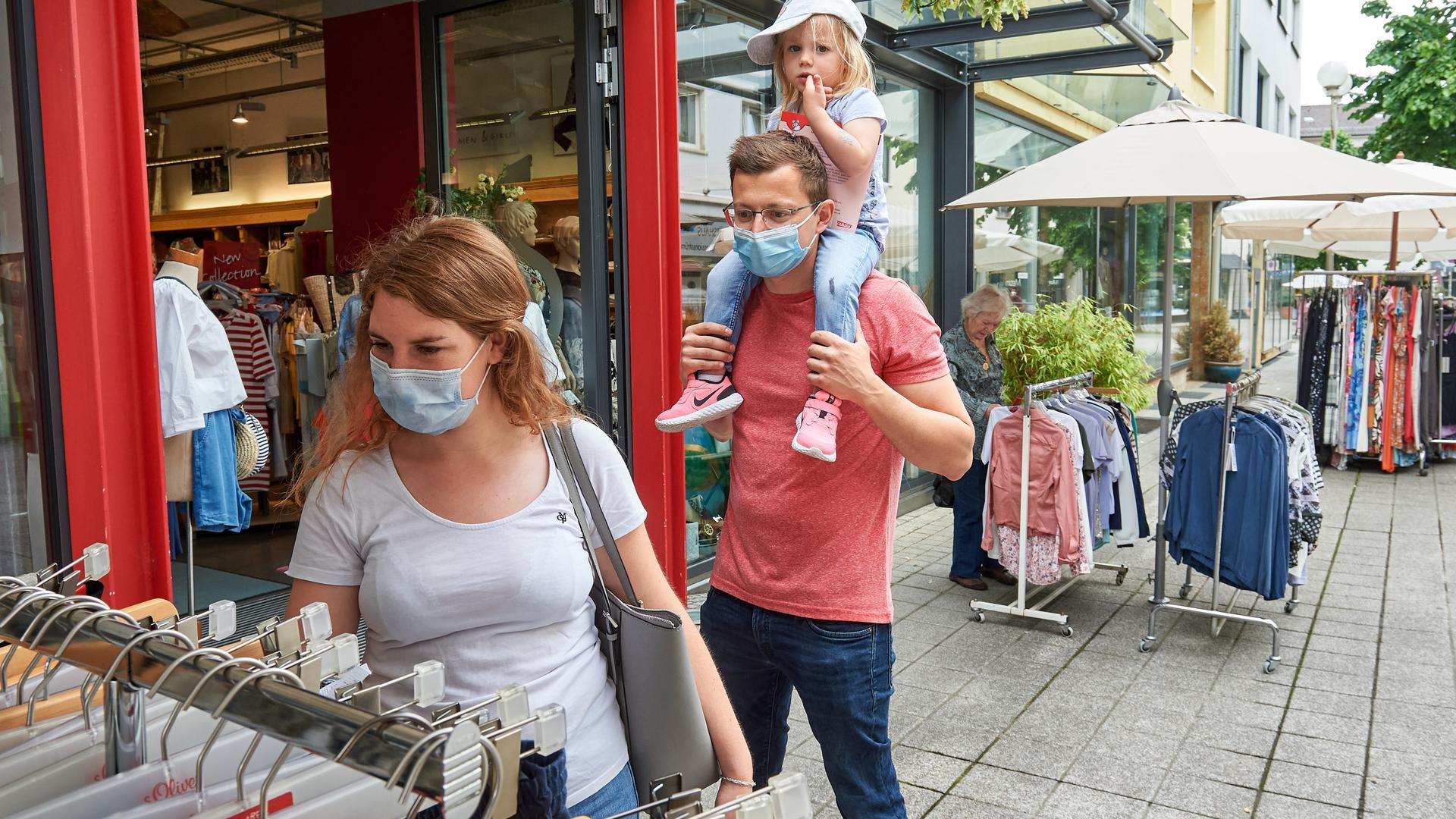 Mann, Frau und Kind beim Einkaufen in Bruchsal Hoheneggerstraße