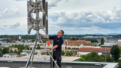 Der Herr der Sirenen: Andreas Kroll ist bei der Bruchsaler Feuerwehr für den Kastastrophenschutz zuständig. Hier begutachtet er die moderen neue Hochleistungssirene auf dem Dach des Feuerwehrhauses. Im gesamten Stadtgebiet gibt es 44 Sirenen, alte und neue.