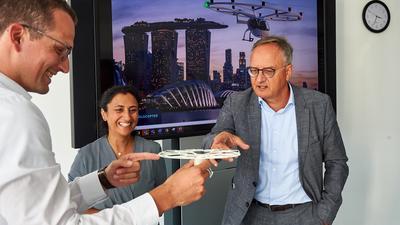 Michael Hillermeier (Head of Strategy & Execution Office) erklärt SPD-Bundestagskandidatin Neza Yildirim und dem Landesvorsitzendem Andreas Stoch auf der Aufnahme anhand eines Modells die Funktionsweise und künftige  Einsatzmöglichkeiten des Volocopters made in Bruchsal.