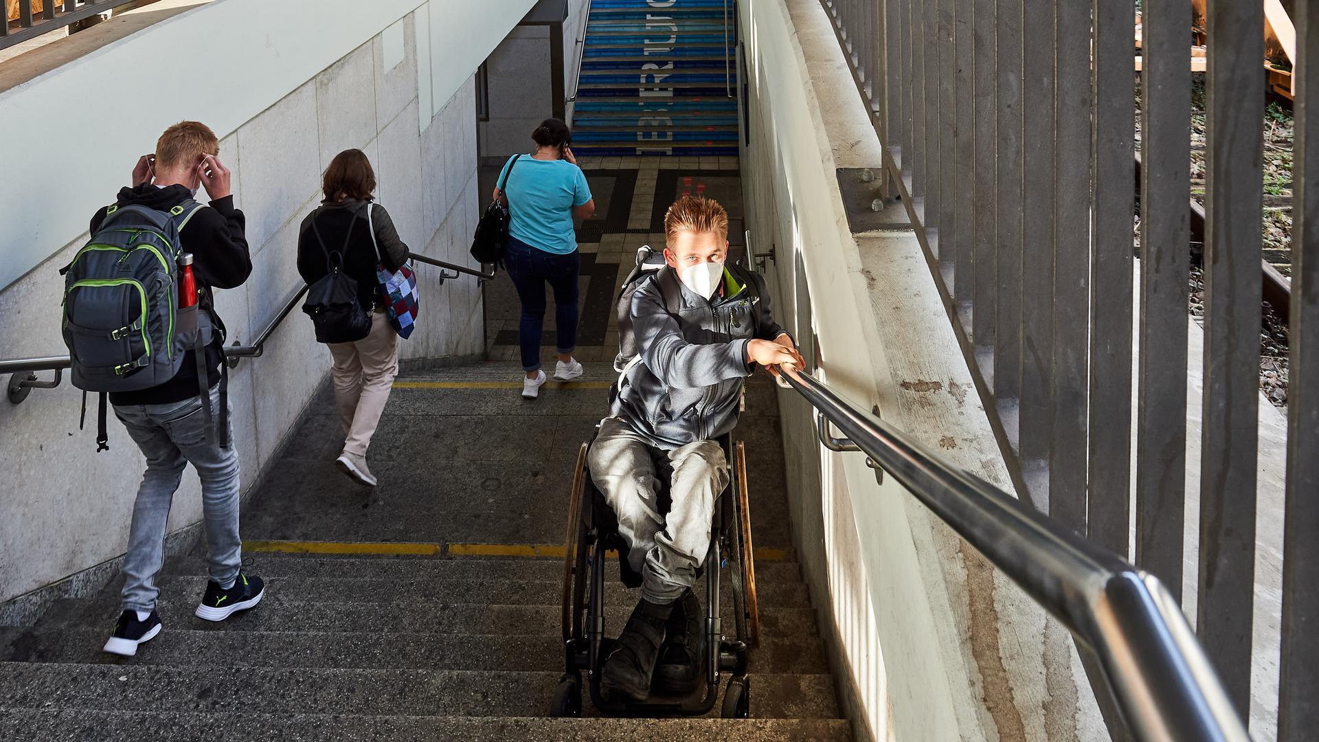 Aufzug Bahnhof Rollstuhlfahrer