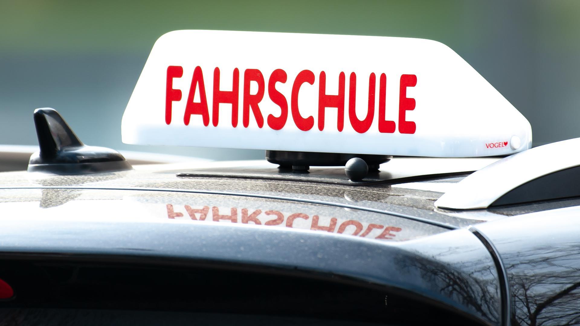Ein Schild mit der Aufschrift «Fahrschule» ist auf einem Fahrschulauto befestigt. Mit einemAutokorso um die Binnenalster wollen die Fahrschulen inHamburg am 08.05.2020 auf ihre schwierige Situation in der Corona-Krise aufmerksam machen und Druck auf den Senat ausüben. +++ dpa-Bildfunk +++