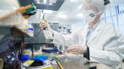 Eine Bioscientia-Mitarbeiterin pipettiert Proben in einem Labor von Bioscientia. Die britische Coronavirus-Mutante B.1.1.7 breitet sich zunehmend aus. Das Unternehmen Bioscientia, eines der größten Labore in Deutschland, hilft mit Sequenzer-Automaten bei der Analyse.