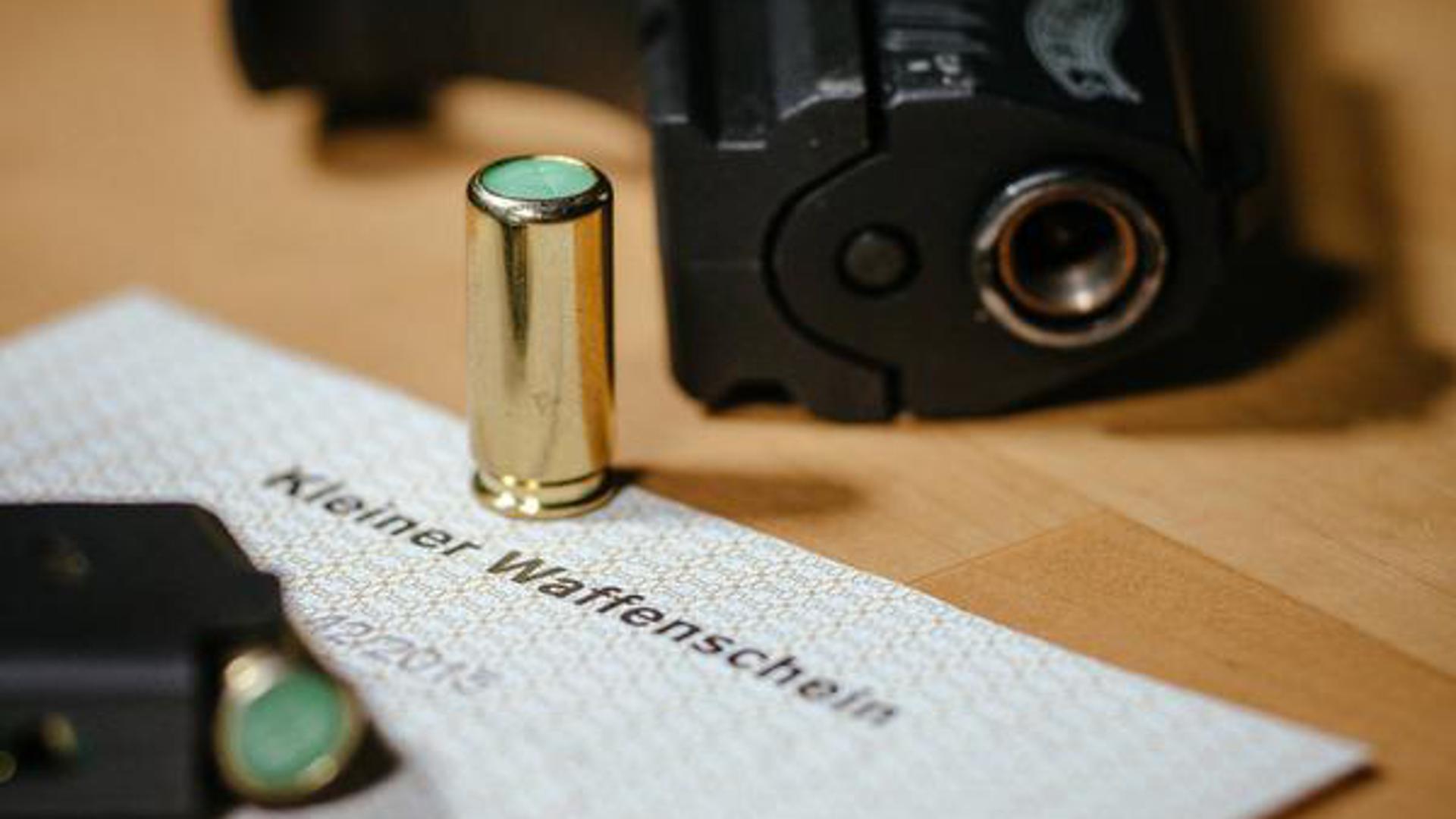 Klar geregelt: Wer eine Schreckschusswaffe tragen will, muss einen Kleinen Waffenschein besitzen. Zuletzt griffen im Landkreis Karlsruhe wieder weniger Menschen zur Waffe.