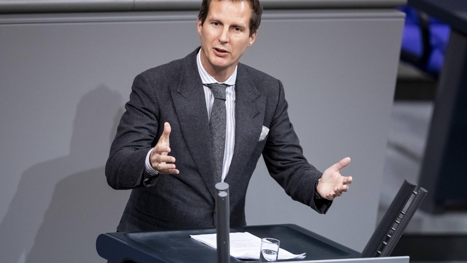 13.12.2018, Berlin: Olav Gutting (CDU), Mitglied des Deutschen Bundestages, spricht bei einer Debatte zum Solidaritätszuschlag im Deutschen Bundestag. Der Bundestag hat einem vollständigen Abbau des Solidaritätszuschlags eine Absage erteilt. Foto: Christoph Soeder/dpa +++ dpa-Bildfunk +++ | Verwendung weltweit