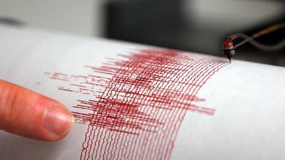 Der Seismograph der Erdbebenwarte Bensberg in Bergisch-Gladbach hat das Erdbeben vom Donnerstagabend (08.09.2011) aufgezeichnet, Foto vom 09.09.2011. Ein Erdbeben der Stärke 4,4 hat viele Menschen im Westen Deutschlands aufgeschreckt. Verletzt wurde ersten Erkenntnissen zufolge aber niemand. Foto: Oliver Berg dpa/lnw  +++(c) dpa - Bildfunk+++ |