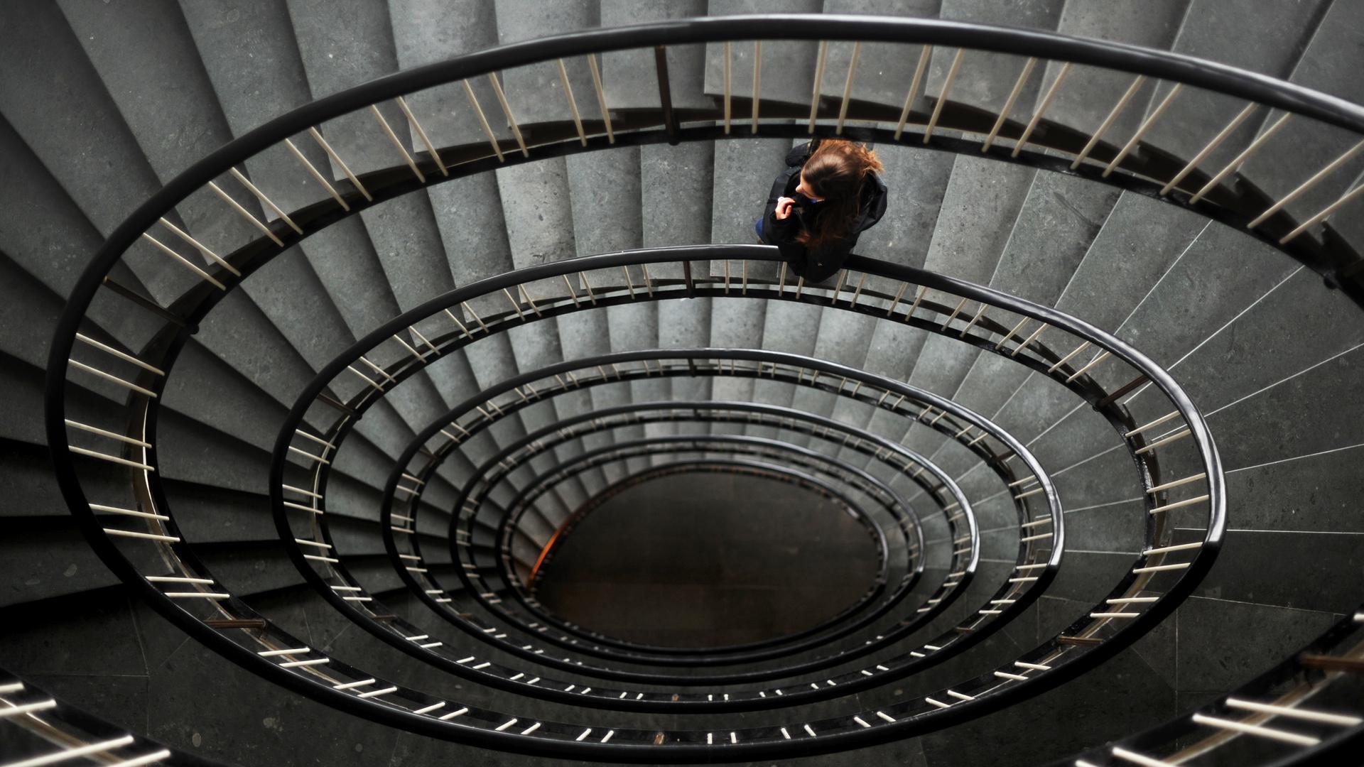 ARCHIV- ILLUSTRATION - Eine Frau steht am 09.02.2012 in einem Treppenhaus in Hannover. Foto: Julian Stratenschulte/dpa (Symbolbild zu dpa «Von Zwangsjacken und Vibratoren: Kurze Geschichte der Psychiatrie» vom 09.10.2015) +++ dpa-Bildfunk +++