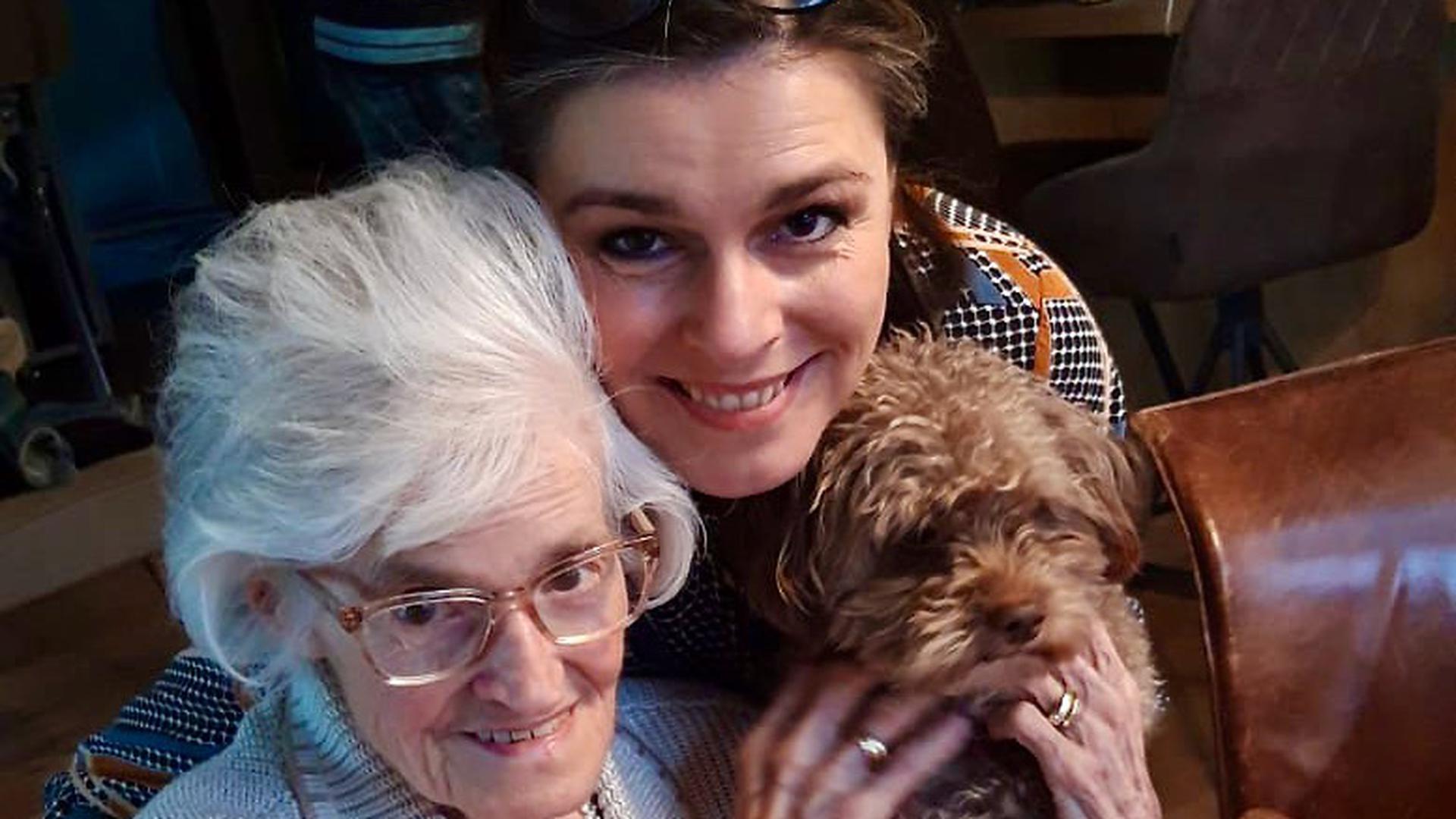 (Fotoquelle: Charlotte Elisa Blum) Untertitel des Fotos: Sandra Herb (47 Jahre) aus Neureut mit ihrer gehörlosen Mutter Ingeborg.
