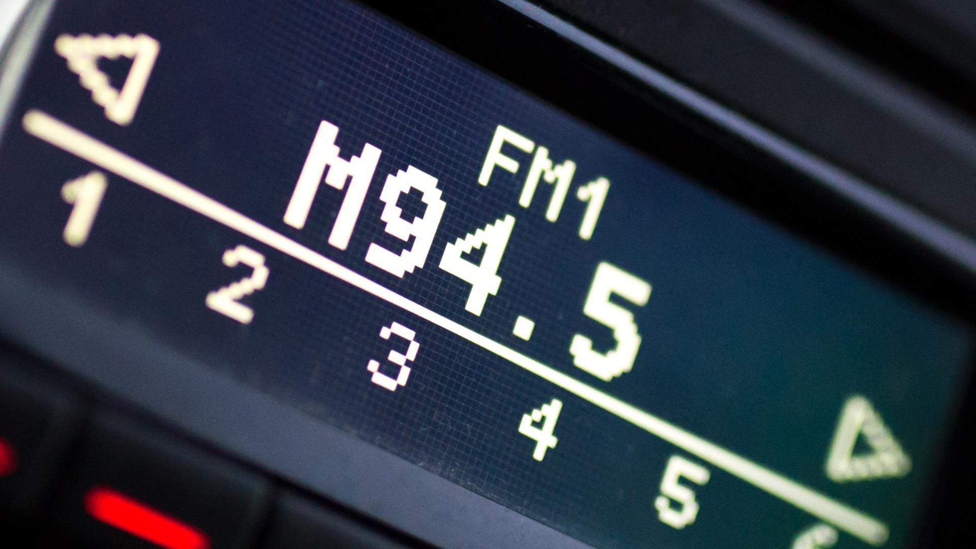 Auf einem Autoradio ist am 15.02.2017 in München (Bayern) die Frequenz 94,50 MHz eingestellt.