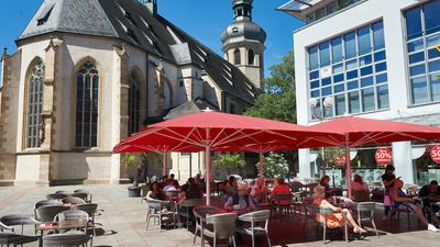 Bruchsal: katholische Stadtkirche, Lokal Extrablatt mit Tischen im Freien und Schuhhaus Berg