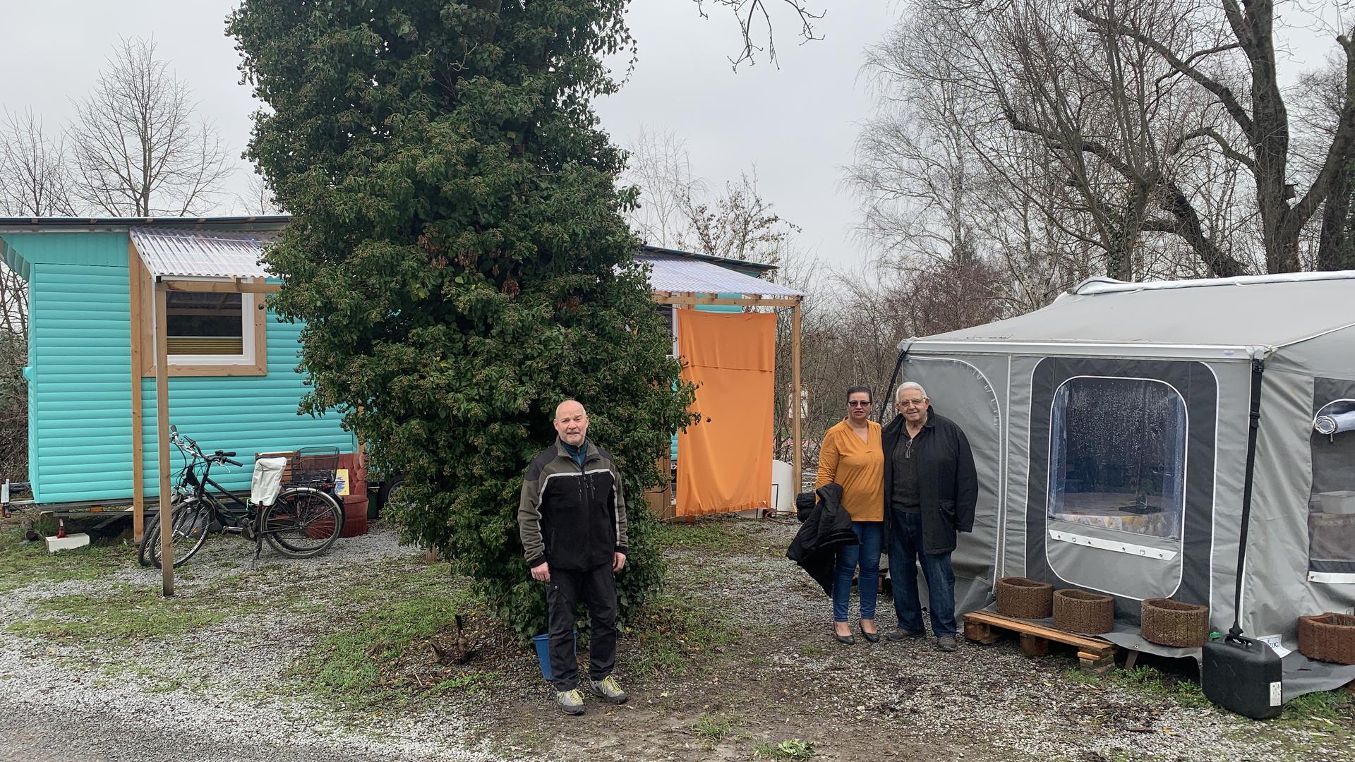 NaturFreunde-Vorstand Norbert Zoz (links) steht mit Salvatore Sanfratello und dessen Lebensgefährtin auf dem Campingplatz.