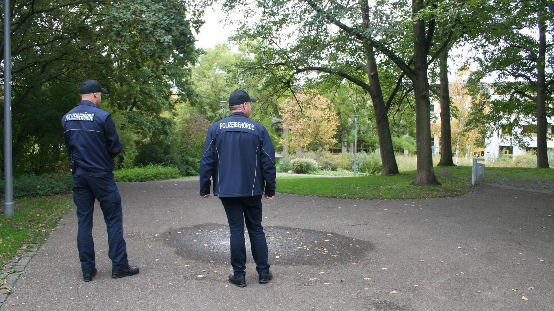 2 Herren der Polizeibehörde in einem Park