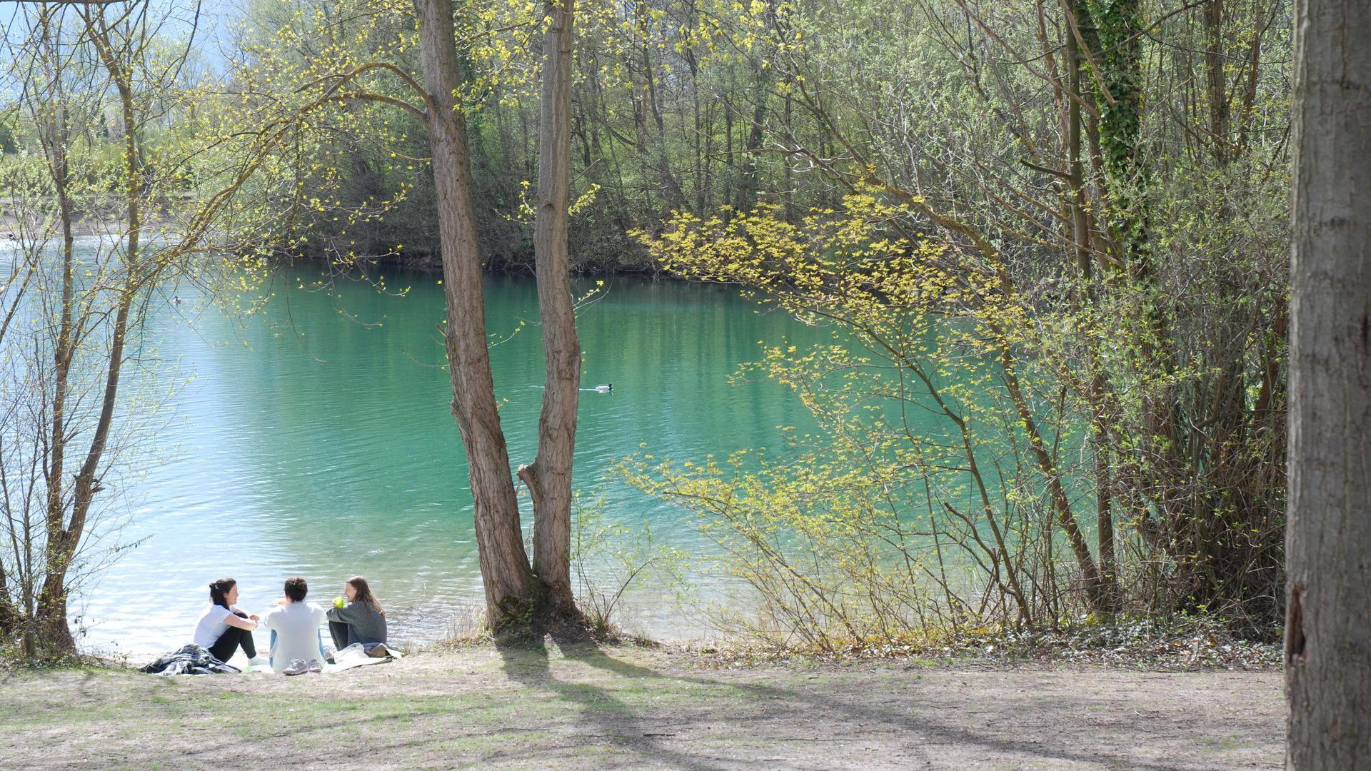 Türkisfarbenes Wasser, schöner Baumbestand: Der Baggersee in Untergrombach hat einen enormen Freizeitwert.