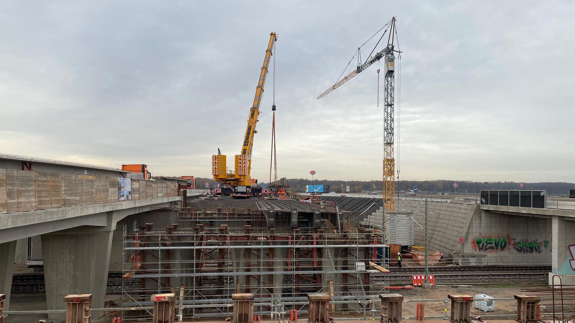 Kranen arbeiten an der Baustelle an der Autobahn A5 bei Bruchsal am Saalbachkanal.