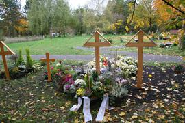 Friedhof mit Sarg- und Urnengräbern