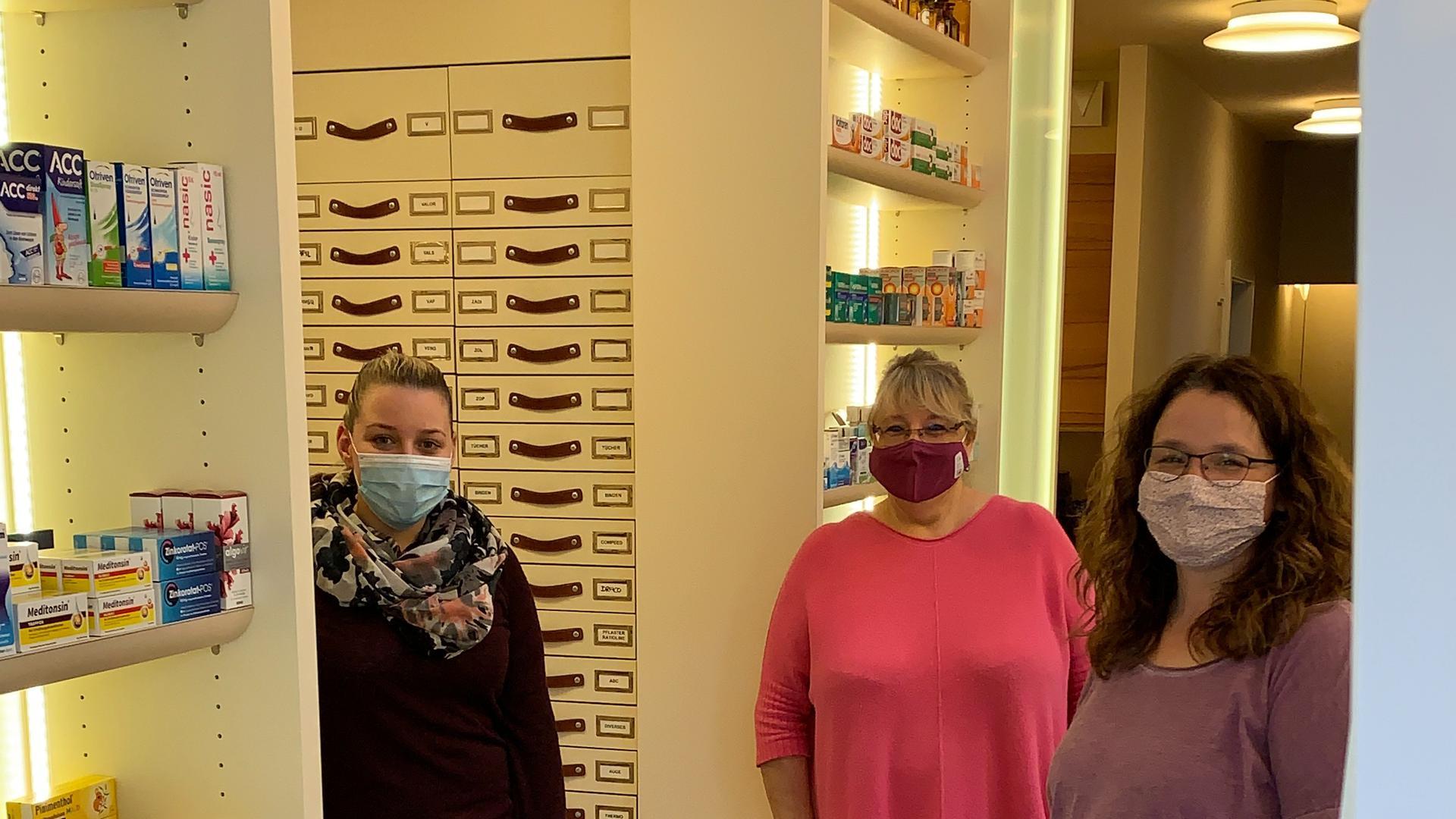 Kümmern sich täglich um die Versorgung mit Impfstoffen und anderen Medikamenten, Ute Wuchterl (Mitte) und ihr Team.