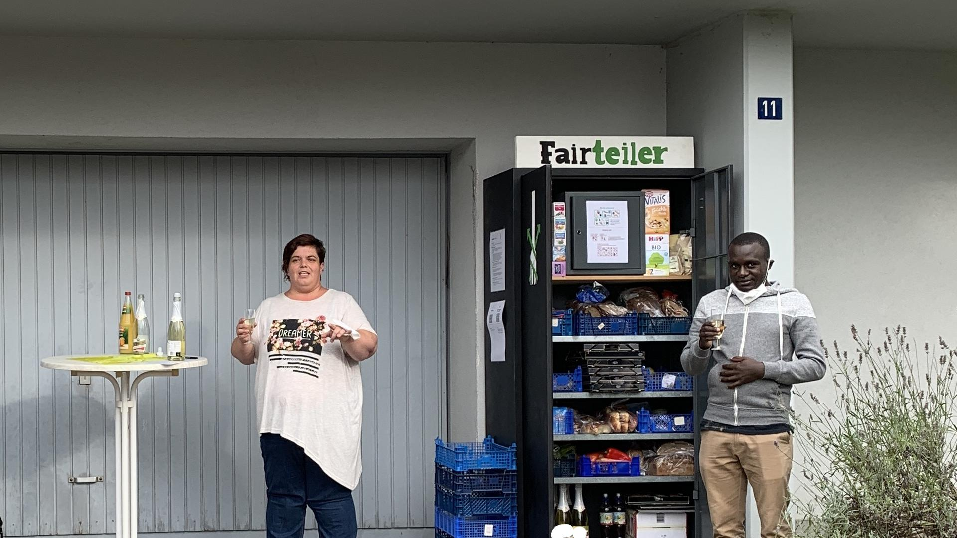 Manu Peters, Bezirksvorsitzende Foodsharing Bruchsal und Pfarrer Byaruhanga bei der Eröffnung des neuen Fairteilers in Obergrombach