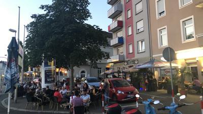 """Die Bruchsaler genießen den Sommer in der Innenstadt – hier vor der Kneipe """"The Ocean"""" am Bahnhof."""