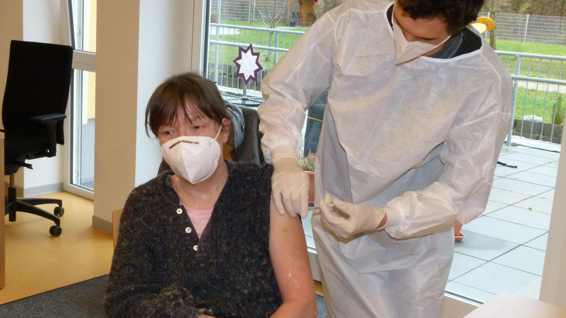 Angelika Müller von der Nachtwache im Wohnheim der Lebenshilfe Bruchsal-Bretten ist die Erste, die eine Impfung gegen Corona erhält.