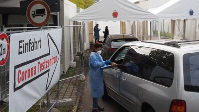 Vorfahren zum Abstrich: An der Corona-Teststelle neben der Fieberambulanz läuft der Betrieb bereits. Das Personal kommt in Schutzkleidung direkt ans Auto.