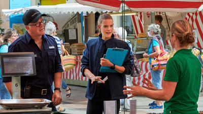 Viel zu tun dank Corona: Nina Schüßler und Steffen Schmidt vom Bruchsaler Ordnungsamt überprüfen wie hier auf dem Wochenmarkt, ob die Hygieneregeln eingehalten werden.