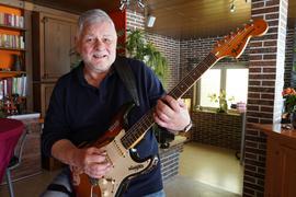 """Mit der Gitarre: Peter Kurz ist Sänger und Gitarrist bei den """"Moonlights"""""""