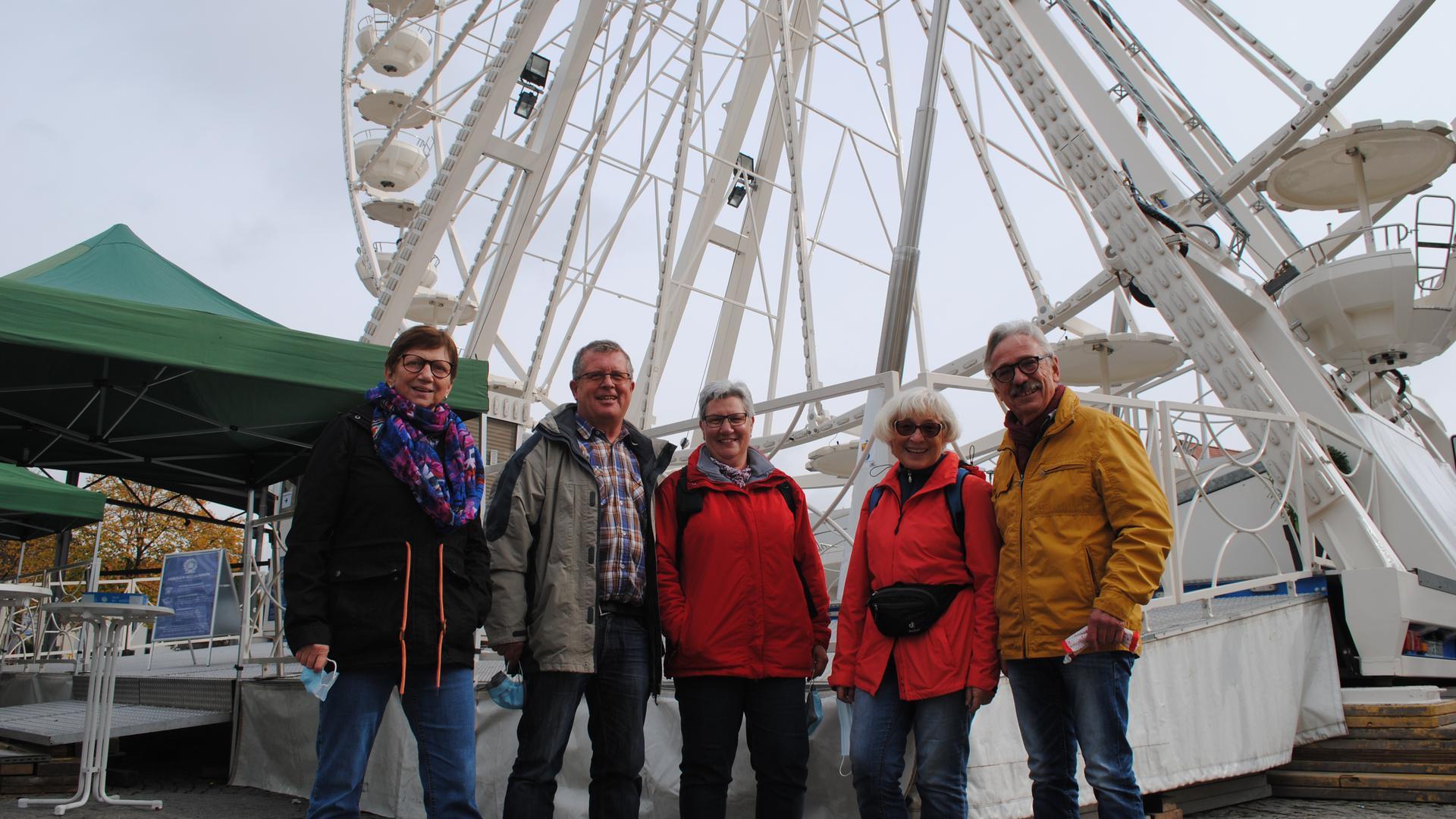 Eine Runde im Riesenrad nach der Wanderung: Silke Hiller (67), Bernd Milbich (63), Rosi Milbich (58), Erika Dürr (68) und Siegfried Dürr (70) fahren mit