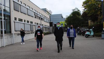 Maskenpflicht auf dem Schulgelände: Kathrin Seeger (35), Lukas Funk (24) und Verena Schreier (38), Schüler der Käthe-Kollwitz-Schule, halten sich an die Corona-Regeln.