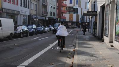 Fahrradfahrerin auf dem Fahrradweg auf der Schlossachse Richtung Innenstadt