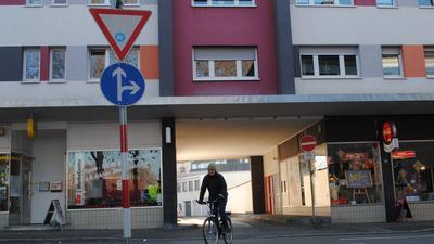 Britta Brandstäter überquert mit dem Fahrrad die Schlossstraße