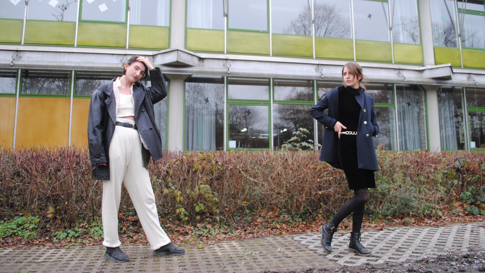 Mareike Hemmes und Josefine Gulden stehen vor der Balthasar-Neumann-Schule