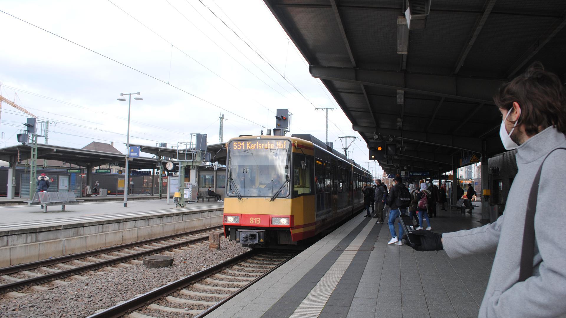 Benedikt Kohout misst die Lautstärke der haltenden S-Bahn am Bruchsaler Bahnhof