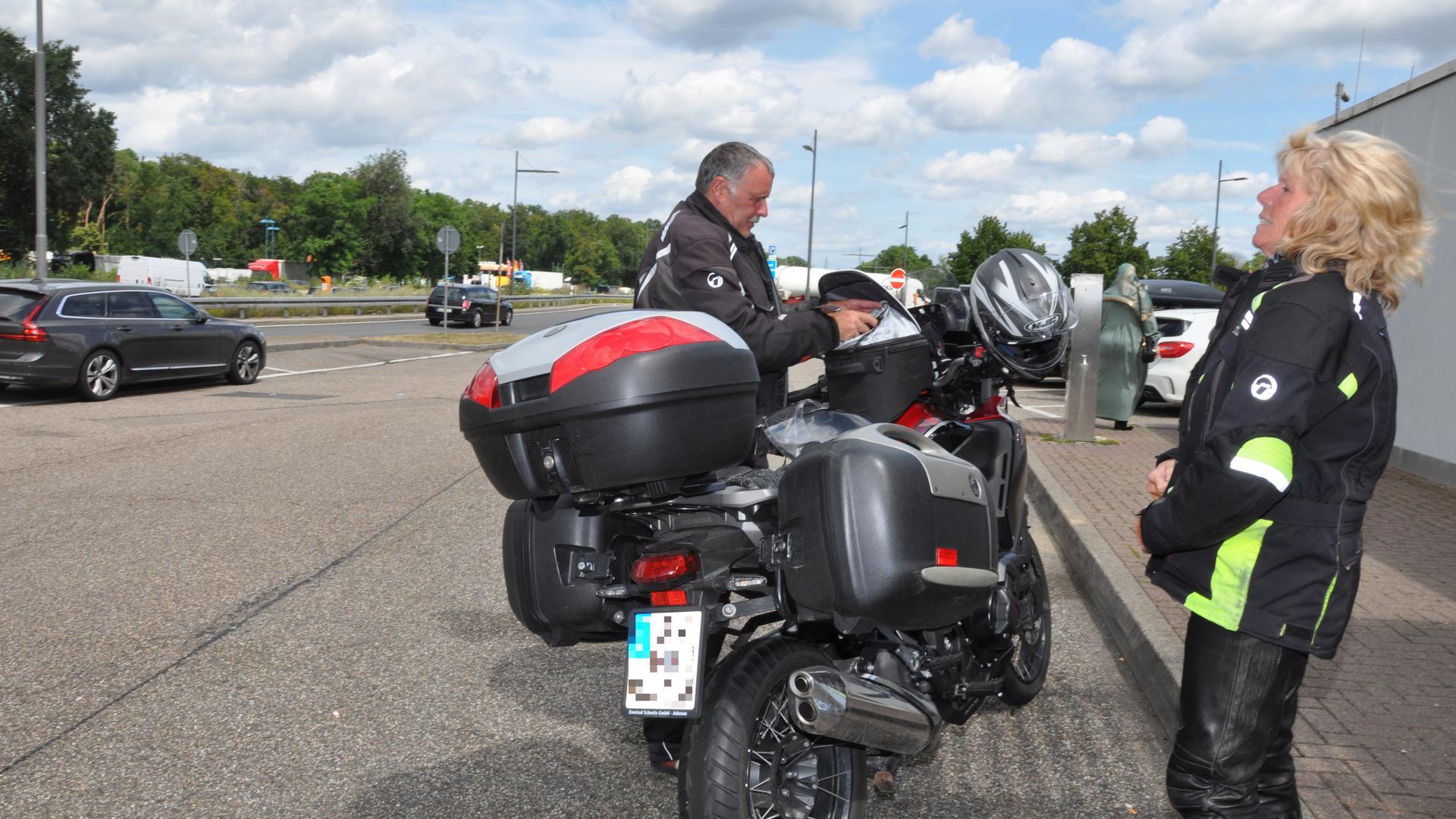 Die Motorradfahrer Michael und Gerlis kurz vor der Abfahrt in Richtung Heimat bei Adenau. In Bruchsal haben sie noch einmal einen Stopp eingelegt.