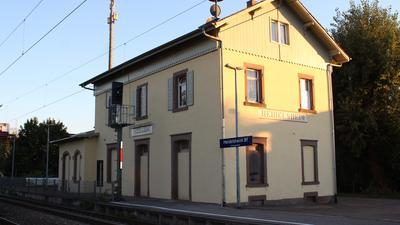 Das Bahnhofsgebäude Heidelsheim im Licht der untergehenden Sonne.