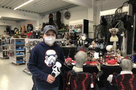 David Fischer kauft für Halloween ein Geistergesicht, am Samstagabend wird es allerdings auch für ihn keine große Party geben, er bleibt zu Hause und feiert mit einem Freund.