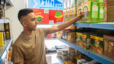 Die grünen Molokhia-Blätter sind eine arabische Spezialität - Ahmet Al-Shihman füllt nach